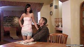 Двоє людей докучають porno ru mama дівчині в рот